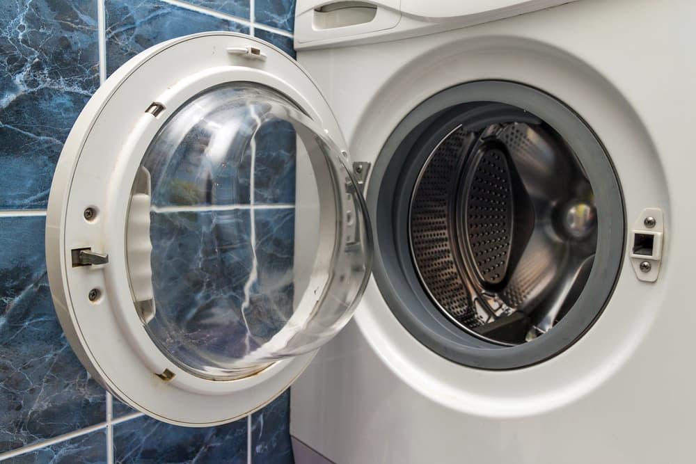 扉が開いている状態の洗濯機