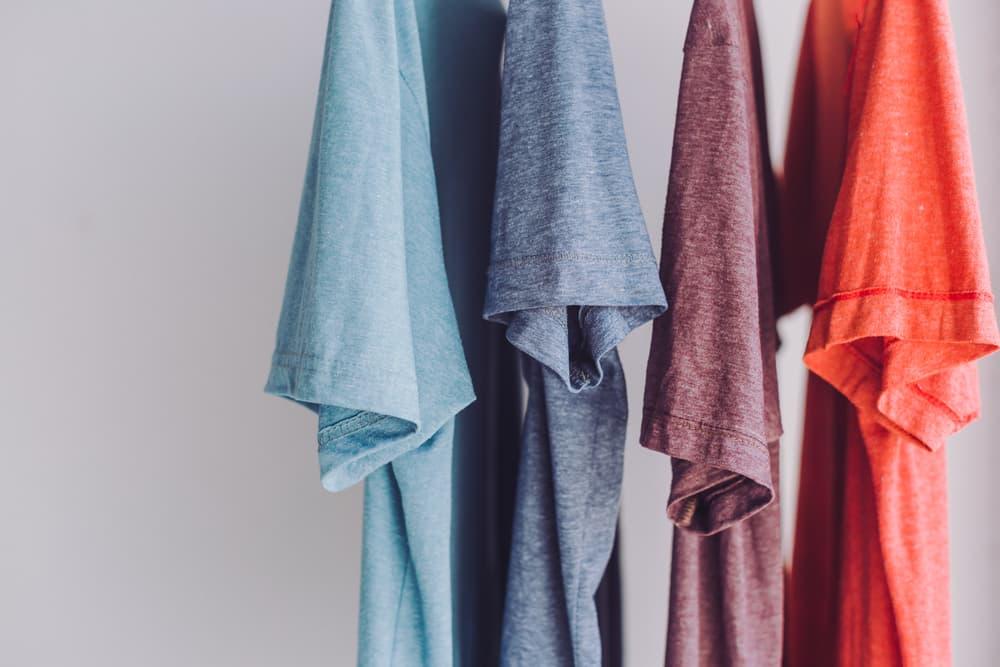 何枚もの衣類を部屋干ししている