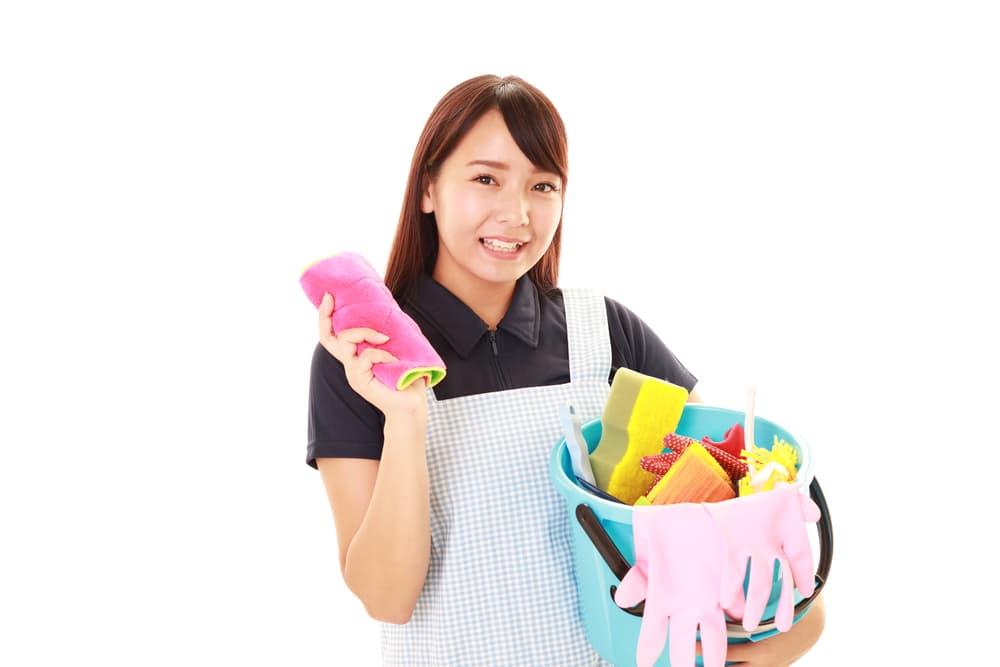 掃除道具を手にした女性