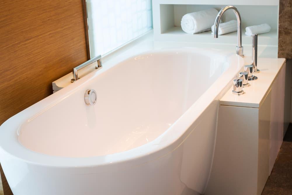 浴室のきれいなバスタブ