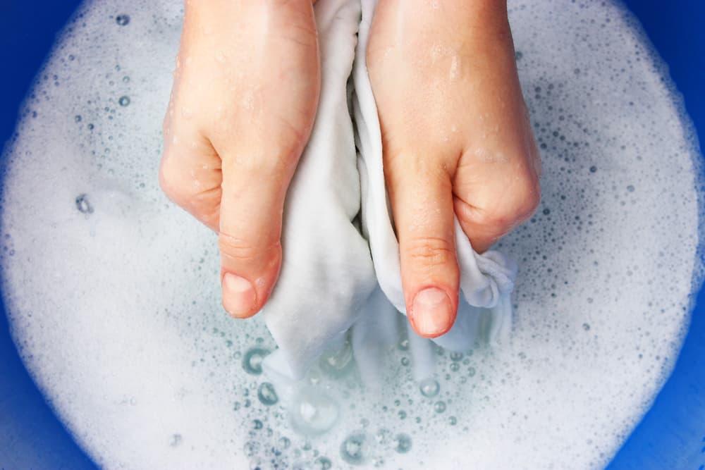 浸け置き洗いしている女性の手元