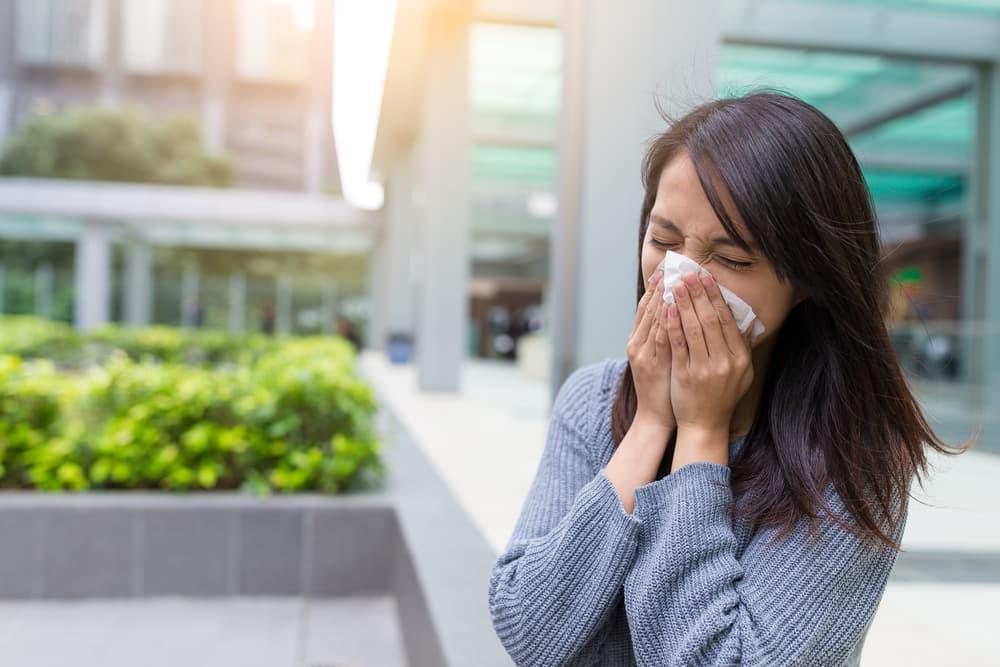 花粉症に苦しむ女性