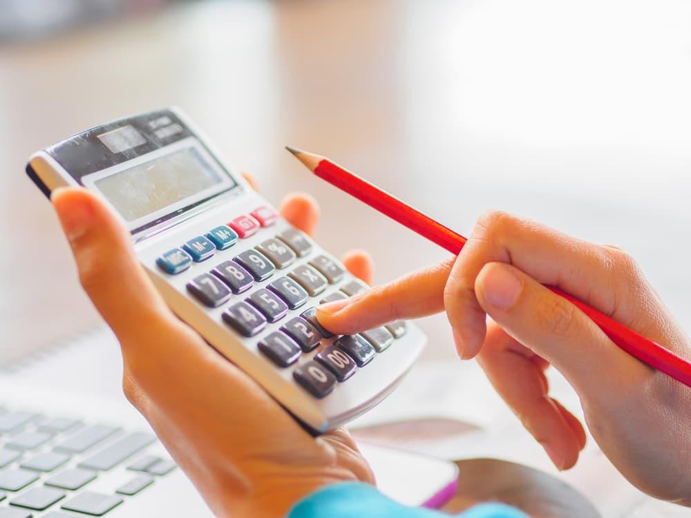 計算機で計算している女性の手元