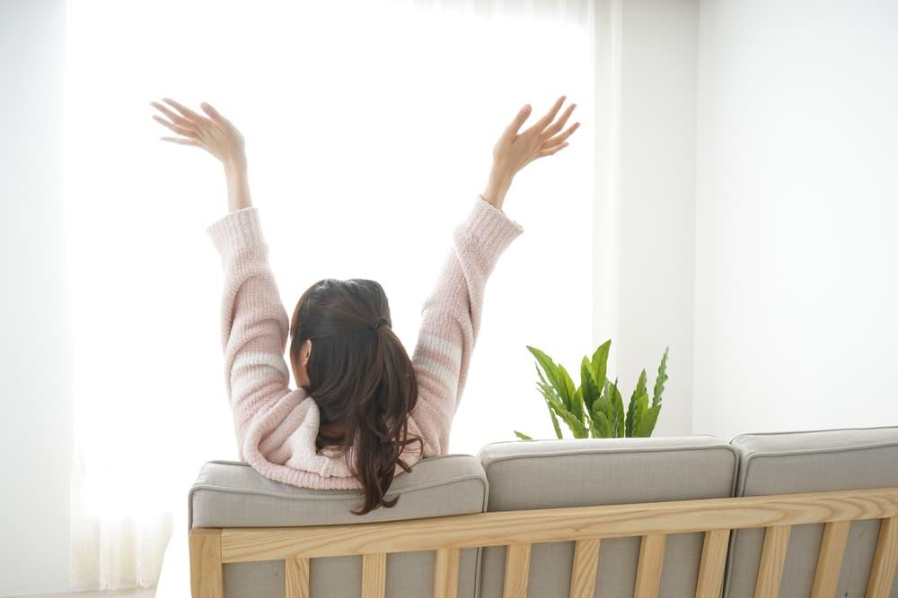室内でリラックスしている女性