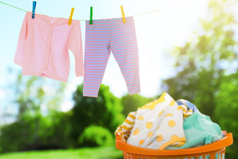 洗濯物を天日干ししている