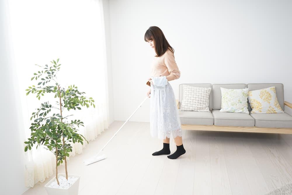 床掃除をする女性