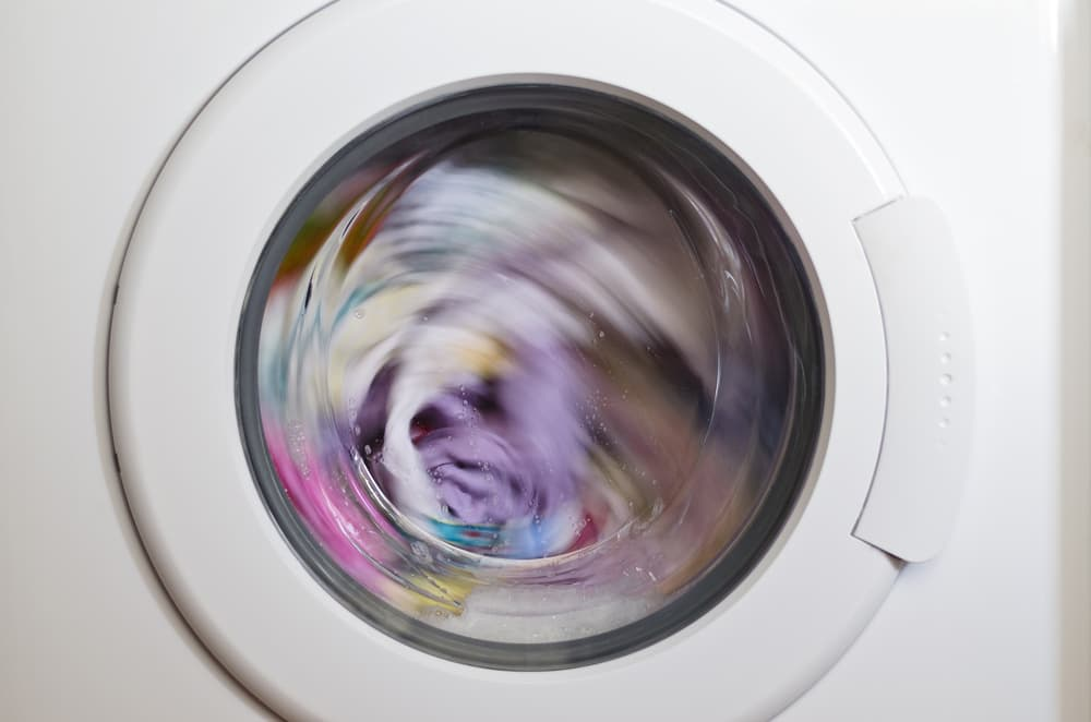 洗濯槽の中で衣類が回っている