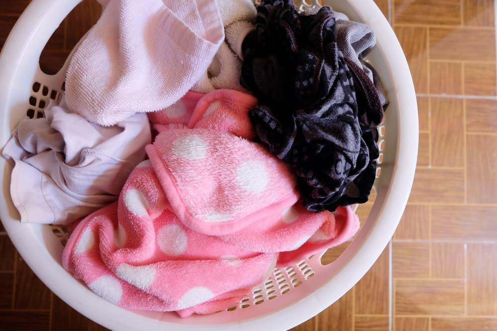 洗濯物が溜まったカゴ