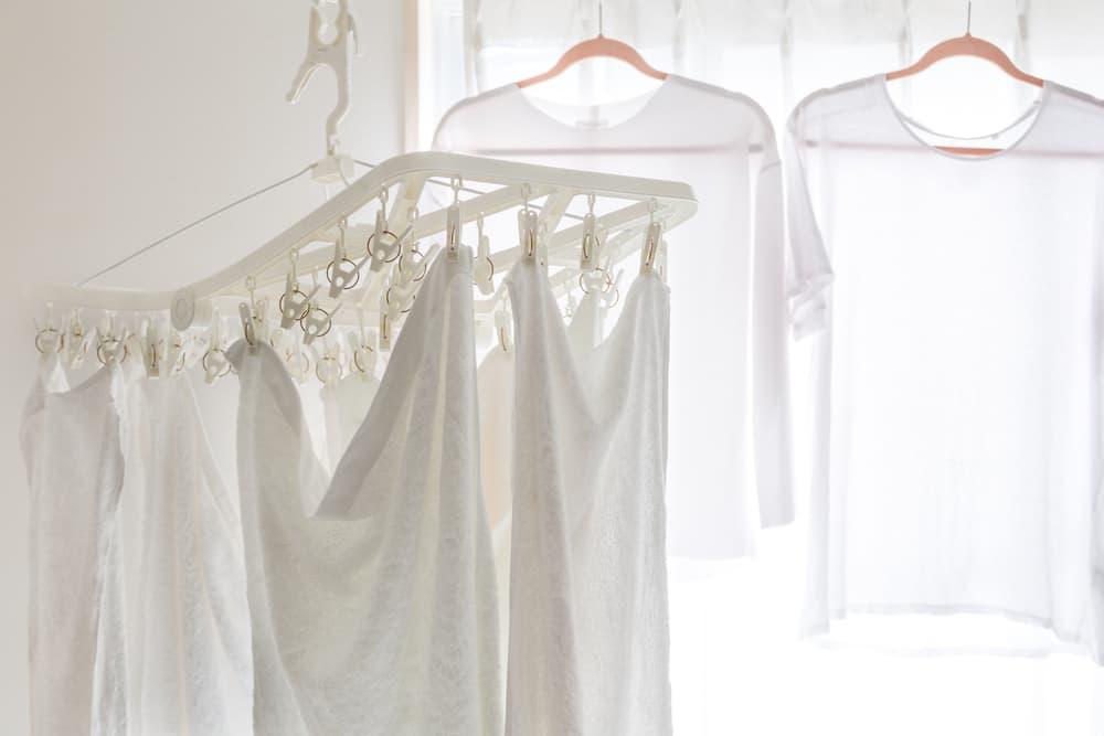 部屋干ししている白い服