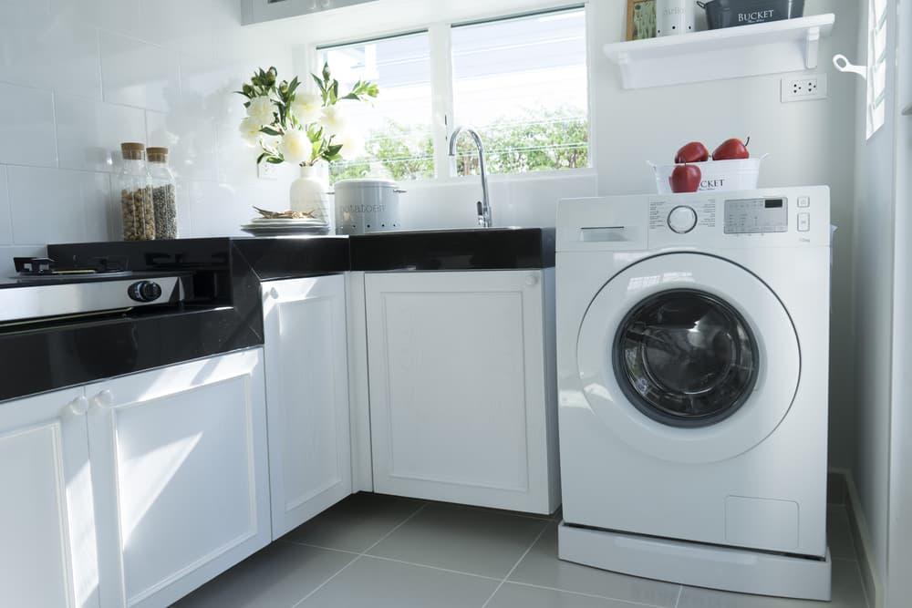 洗濯場にドラム式洗濯機が置いてある