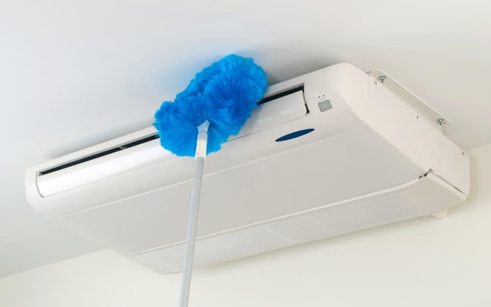 エアコンをはたきで掃除する