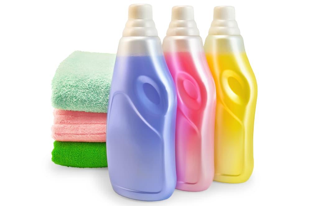 カラフルなタオルと洗剤ボトル