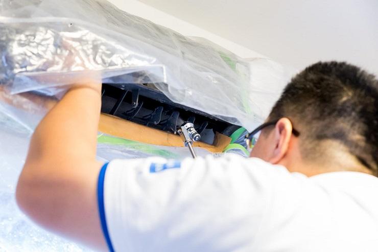 エアコン内部を高圧洗浄機で掃除する