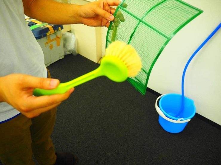 フィルターをブラシで掃除する