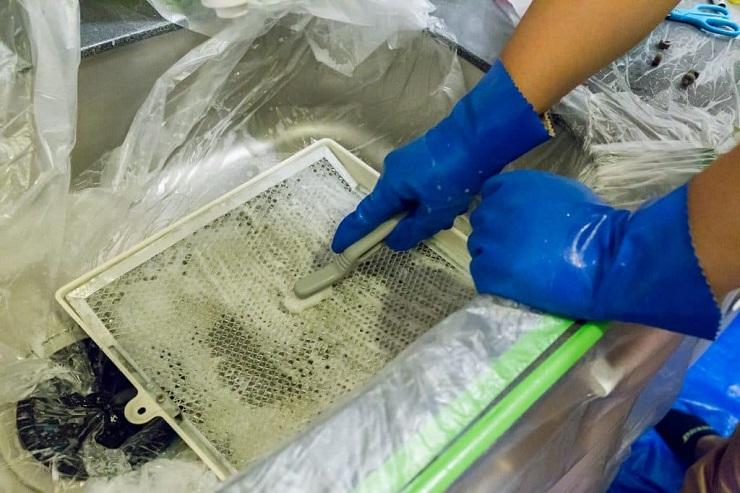 レンジフードのフィルターをブラシで掃除する