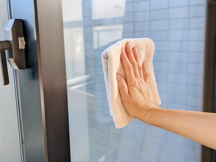雑巾で窓の拭き掃除